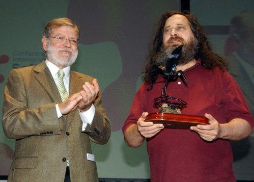 Richard Stallman recibiendo un premio por el desaparecido Linex de Extremadura