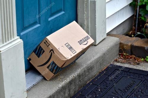 Paquete Amazon en la puerta de casa