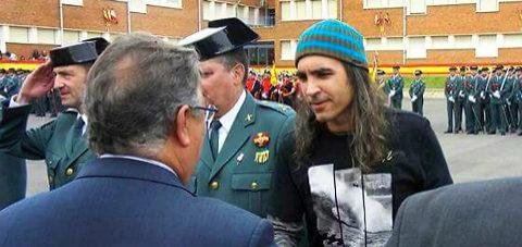 El hacker español recibe la medalla de la Guardia Civil