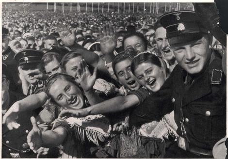 Populacho nazi histérico con Hitler