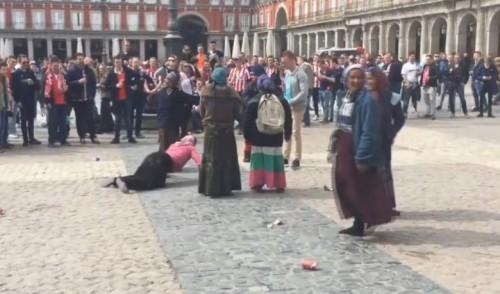 Mendigas gitanas rumanas humilladas por ultras holandeses