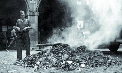 Fascistas quemando libros en Tolosa