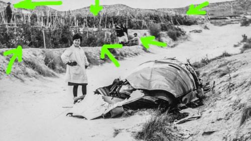 Tomates junto a restos de la bomba de Palomares